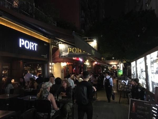 hongkong_オープンエアのレストランの並ぶ路地.jpg